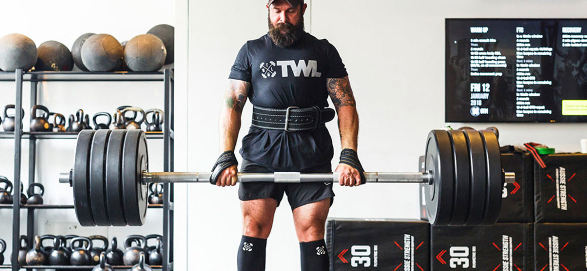 powerlifter-deadlifting-wearing-a-belt